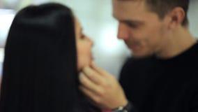 Круглый взгляд симпатичных пар говоря в авиапорте сток-видео