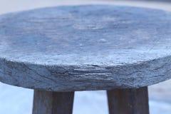 Круглый деревянный стул помещенный в открытом саде Стоковое Изображение