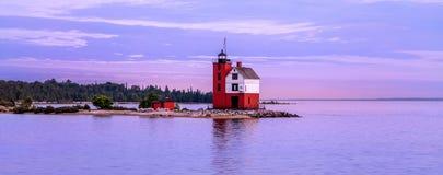 Круглый маяк острова на сумраке Стоковое фото RF