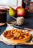 Круглый пирог яблока с вареньем и карамелькой груши, вертикально Стоковые Изображения
