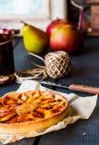 Круглый пирог яблока с вареньем и карамелькой груши, вертикально Стоковая Фотография RF