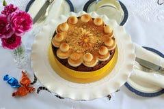 Круглый торт плодоовощ украшенный с марципаном Стоковые Фотографии RF