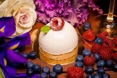 Круглый торт с свежими ягодами стоковое изображение rf