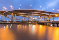 Круглый фронт воды шоссе пересечения с голубым twilight небом Стоковое фото RF