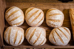 Круглый хлеб на таблице Стоковая Фотография RF