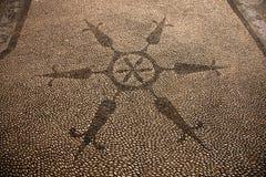 Круглый черно-белый камешек сделал по образцу форму на тротуаре в Rhod Стоковое фото RF