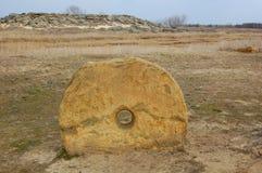 Круглый megalithic камень в степи Стоковые Изображения