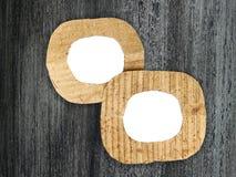 2 круглых пустых рамки картона на покрашенной предпосылке Стоковые Изображения