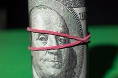 100 круглых резинк доллара затягиванных креном красных Стоковое Фото
