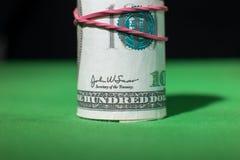100 круглых резинк доллара затягиванных креном красных Стоковые Изображения RF