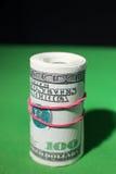 100 круглых резинк доллара затягиванных креном красных Стоковые Фотографии RF