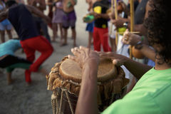 Круг Capoeira бразильянина с музыкантами и зрителями Стоковая Фотография