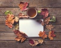 Кружка блокнота листьев осени Стоковые Изображения