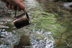 Кружка воды на заднем плане потока Стоковые Фото