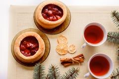 Кружка горячих чая и торта небо klaus santa заморозка рождества карточки мешка Ветвь дерева елева Стоковые Изображения