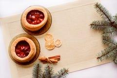 Кружка горячих чая и торта небо klaus santa заморозка рождества карточки мешка Ветвь дерева елева Стоковая Фотография RF