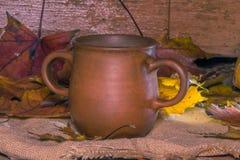 Кружка глины с 2 ручками на ткани джута Стоковые Фото