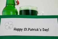 Кружка зеленых пива и пивной бутылки на день St Patricks Стоковое Изображение RF