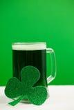 Кружка зеленых пива и shamrock на день St Patricks Стоковые Фото