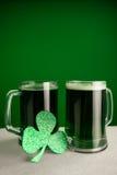 Кружка зеленых пива и shamrock на день St Patricks Стоковые Изображения RF