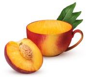 Кружка зрелого плодоовощ одного персика отрезала в половине с косточкой с лист стоковые фотографии rf