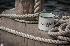 Кружка и веревочка кофе эмали стоковое фото rf