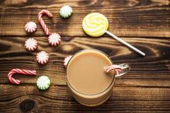 Кружка какао и конфеты рождества Стоковые Фото