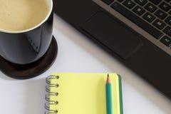 Кружка кофе, компьтер-книжка, пустая страница, идеи Стоковая Фотография
