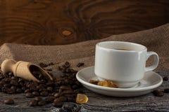 Кружка кофе на деревенской предпосылке Стоковое Фото