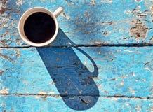 Кружка кофе на деревенской таблице Стоковое Изображение RF