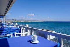 Кружка кофе на поддоннике на ресторане набережной стоковая фотография rf