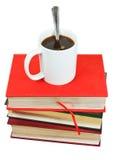Кружка кофе на стоге книг Стоковые Фото