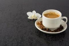 Кружка кофе на черной предпосылке Стоковое фото RF