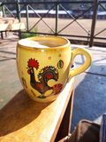 Кружка кофе петуха Португалии Стоковое фото RF