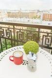 Кружка кофе с баком кофе на таблице на балконе Стоковые Изображения