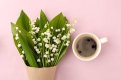 Кружка кофе с букетом предпосылки пинка ландыша цветков пастельной, красивого завтрака, винтажной романтичной карточки, взгляд св Стоковые Изображения