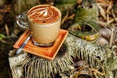 Кружка кофе Mocha Кофейная чашка Mocha положенная на бамбуковый пень Стоковая Фотография