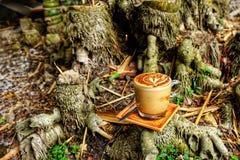 Кружка кофе Mocha Кофе Mocha положенный на бамбуковый пень Стоковые Изображения RF