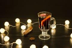 Кружка обдумыванного вина с специями, ручками циннамона, анисовкой звезды ILL. стоковые фото