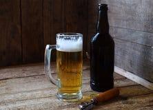 Кружка пива, бутылки на деревянной предпосылке Сфотографированный с естественным светом Стоковые Изображения RF