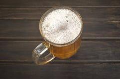 Кружка пива на деревенском деревянном столе Стоковое Фото