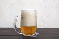 Кружка пива на деревенском деревянном столе Стоковые Изображения