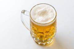 кружка пива Кружка светлого свежего пива с пеной и падения воды o Стоковые Фотографии RF