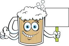 Кружка пива шаржа давая большие пальцы руки вверх пока держащ знак Стоковое фото RF