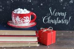 Кружка рождества с зефирами на куче книг Стоковая Фотография RF