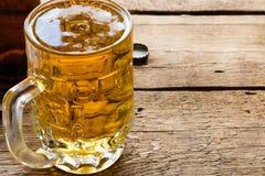 кружка светлого пива и пустая бутылка Стоковая Фотография RF