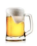 Кружка светлого пива с пеной Стоковые Изображения
