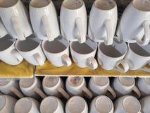 Кружка стекел для кофе на стеклянных полках Стоковые Изображения RF