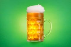 Кружка стекла пива на зеленой предпосылке Стоковое Изображение
