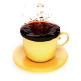 Кружка с выплеском чая Стоковое Изображение RF
